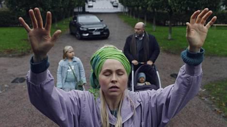 Ex-onnelliset-sarjan kolmannella kaudella Suviannalle (Essi Hellén) ilmaantuu uusi elämänsuunta. Tähtisumu (Ella Peltonen) ja Arto (Pertti Sveholm) seuraavat vierestä.