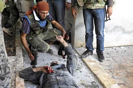 Haavoittunut mies, jonka epäiltiin kuuluvan Syyrian armeijan joukkoihin, vakuutteli perjantaina kapinallistaistelijoille, ettei osallistunut ampumavälikohtaukseen Haramissa.