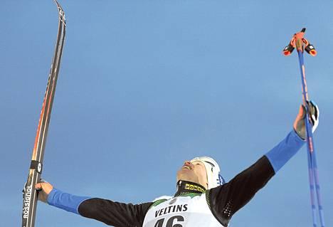 Iivo Niskanen juhli voittoa maailmancupin avauksessa Rukalla marraskuun lopussa.
