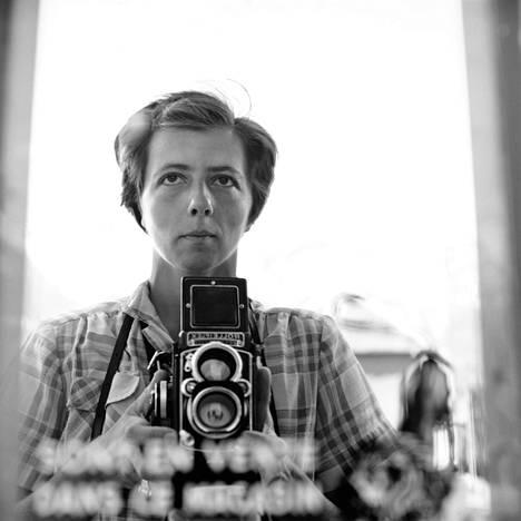 """Vivian Maierin omakuva vuodelta 1959. Alkuvuonna 2020 Suomen valokuvataiteen museossa ollut """"Omakuva ja sen varjo"""" oli museon kaikkien aikojen suosituin näyttely."""
