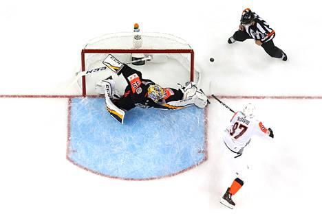 Edmonton Oilersin Connor McDavid yritti turhaan saada kiekkoa Nashville Predatorsin Pekka Rinteen maaliin Tampassa Floridassa sunnuntaina.