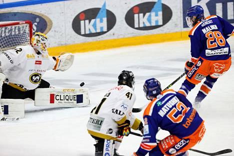 Kärppien maalivahti Patrik Rybár yritti torjua Tapparan Jarkko Malisen laukauksen runkosarjan päätöskierroksellaö.