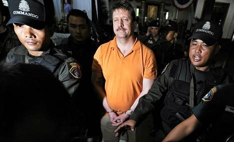 Thaimaan erikoisjoukot kuljettivat kuolemankauppiaana tunnettua Viktor Boutia tämän pidätyksen jälkeen 7. maaliskuuta 2008 Bangkokissa.
