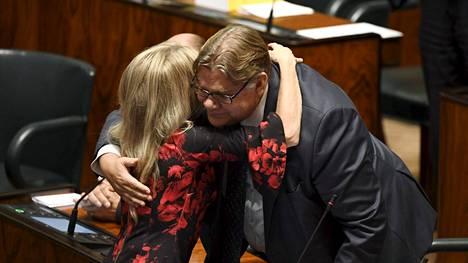 Kristillisten Päivi Räsänen halasi Soinia äänestyksen jälkeen.