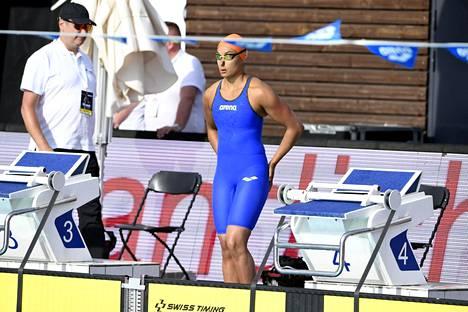 Mimosa Jallow ui tuulesta huolimatta 50 metrin vapaauinnin voittoon.