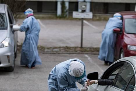 Asiakkailta otettiin koronavirusnäytteitä ja koronavirusvasta-ainetestejä espoolaisella testiasemalla huhtikuun lopussa.