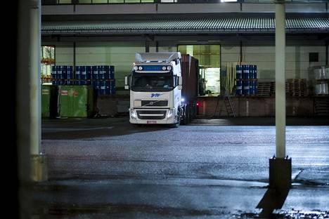 Naamioituneet hyökkääjät pahoinpitelivät iskun aikana suomalaisen kuljetusyrityksen kuljettajaa. Naamiomiesten kiinnostuksen kohteena ollut kuorma-auto seisoi teollisuusyrityksen lastauslaiturilla maanantaina illansuussa.