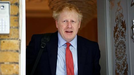 Konservatiivipuolueen poliitikko Boris Johnson kotinsa ulkopuolella Lontoossa perjantaina.