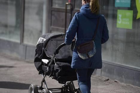 Äidit voivat saada osakseen neuvoja tai ilkeilyä, kun he liikkuvat julkisilla paikoilla pienten lasten kanssa.