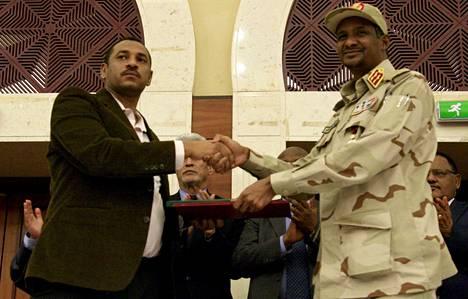 Sopimuksen allekirjoitti keskiviikkona 17. heinäkuuta Ahmad al-Rabiah (vas.) kansalaisyhteiskunnan edustajana ja Mohamed Hamdan Dagalo sotilashallinnon puolesta.