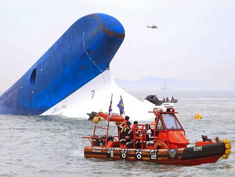 Etelä-Korean rannikkovartiosto etsi keskiviikkona eloon jääneitä kaatuneen aluksen ympäriltä.