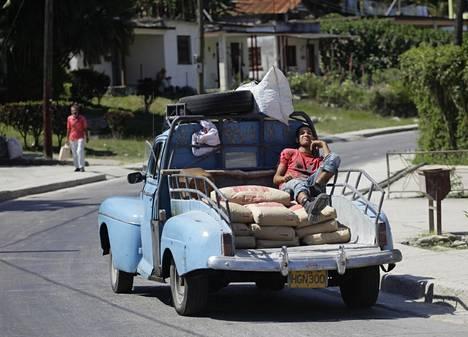 Kuorma-autoksi muutettu vuoden 1948 Ford-henkilöauto Havannassa Kuubassa.
