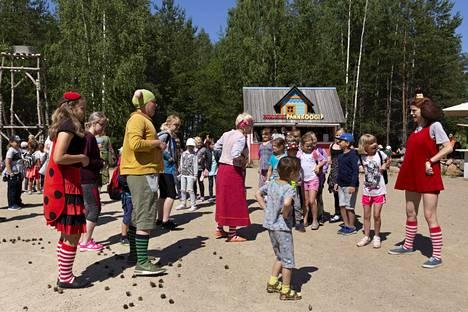 Lottemaassa työskentelee 150 nuorta. Maarja Ann Ormisson (kuvassa oikealla) on yksi Lottea esittävistä näyttelijöistä.