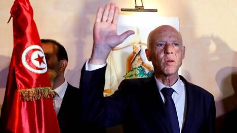 Kais Saied elehti voitokkaasti ovensuukyselyjen tultua julki Tunisissa sunnuntaina.