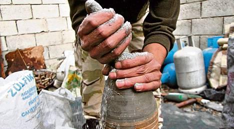 Vapaan Syyrian armeijan sotilas täytti ammusta ruudilla Aleppossa lauantaina. Kaupungissa käydään rajuja taisteluita samalla, kun kansainvälinen yhteisö valmistautuu siirtämään kemiallisia aseita ulos maasta.
