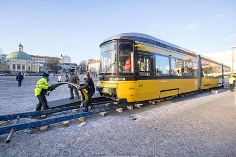 Transtech esitteli raitiovaunua Turun kauppatorilla 2018.