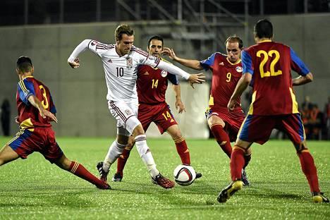 Andorra yritti ottaa Aaron Ramseyn kiinni neljän pelaajan voimalla.