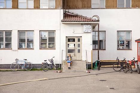 (19.47) Elokuvanäytösten välillä Kitisenrannan suljetun koulun piha autioituu tyystin. Julia Pääkkölä odotti ystäväänsä kellon alla.