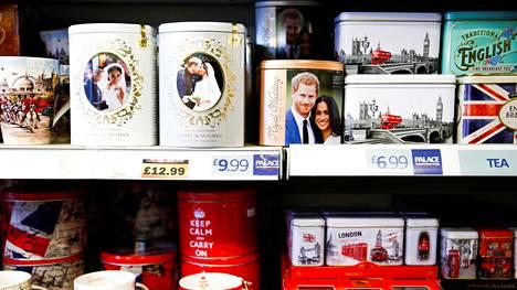 Meghan ja Harry -aiheisia tuotteita myynnissä Buckinghamin palatsin läheisessä matkamuistomyymälässä Lontoossa tammikuussa.