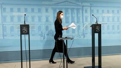 Pääministeri Sanna Marin (sd) saapumassa torstaiseen hallituksen eläkeputken poistoon liittyneeseen tiedotustilaisuuteen.