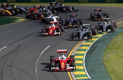 Sebastian Vettel lähti avauskisassa kolmannesta ruudusta, mutta oli nopeasti kärjessä.