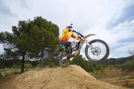 Itävaltalainen KTM on kehittänyt sähköisen enduromallin, Freeriden. KTM Freeride E -sähkömoottoripyörä on kuvattu vuonna 2015.