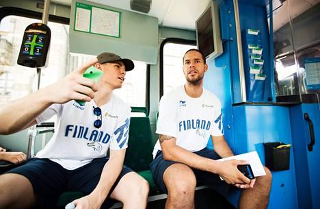 Gerald Lee junior (oik.) ja Erik Murphy matkustivat nelosen raitiovaunulla Aleksanterinkadulta Kansallismuseon pysäkille.