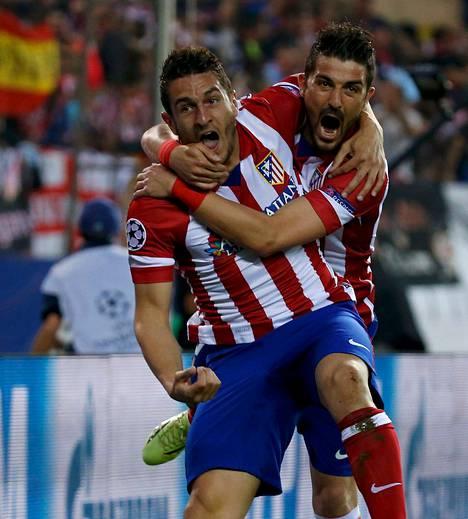 Kahdesti maalikehikoihin pallon saanut David Villa (oik.) riensi onnittelemaan Kokea, joka viimeisteli Atlético Madridin ainoan osuman Barcelonaa vastaan.