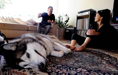 """Antti Tuomolan ja Sara Rantasen asuttamassa kommuunissa elää myös alaskanmalamuutti Faust. Faus on Tuomolan koira, mutta siitä riittää iloa kaikille. """"Jos asuisin yksin, niin minulla ei olisi koiraa"""", Rantanen valittelee."""