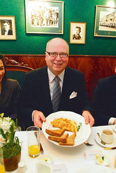 Varsovalaisen kahvilan hummeriomeletti vei puhemies Eero Heinäluoman kielen mennessään.