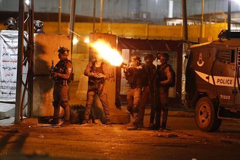 Israelilaissotilaat ampuivat tiistaina kyynelkaasua palestiinalaisia mielenosoittajia vastaan Ramallahin ja Jerusalemin välissä sijaitsevalla tarkistuspisteellä Länsirannalla.
