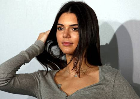 Kendall Jenner hallitsee nyt Instagramia. Tässä hän heilauttaa hiuksiaan punaisella matolla Hong Kongissa kesäkuussa.