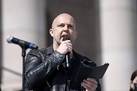 Muusikko Mikko Kosonen on ottanut kantaa kulttuurialan tilanteeseen. Kuva Mitta on täysi -mielenilmauksesta viime viikolta.