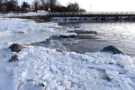 Pakkasaamu Helsingin Kaivopuistossa helmikuussa.