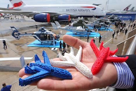 Airbusin työntekijä esitteli 3D-tulostettuja muovisia mallilentokoneita Pariisin lentonäytöksessä kesäkuussa 2013. Euroopan avaruusjärjestö suunnittelee 3D-tulostamisen käyttöönottoa tulevaisuudessa myös avaruusalusten metalliosien valmistuksessa.