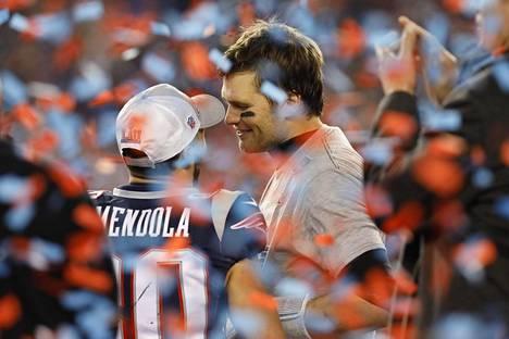 Pelintekijä Tom Brady on amerikkalisen urheilun juhlittu supertähti ja jenkkifutiksen elävä legenda.