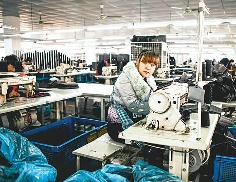 Marimekko – Suuria kuvioita kirjan tekijät vierailivat Kiinassa Marimekon laukkuja valmistavalla tehtaalla. Työoloissa oli puutteita.