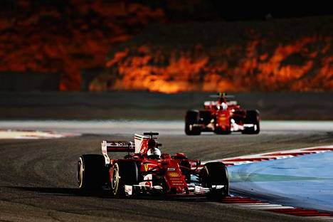 Ferrarin Sebastian Vettelin (edessä) vauhti oli viikonloppuna parempi kuin tallikaveri Kimi Räikkösellä.