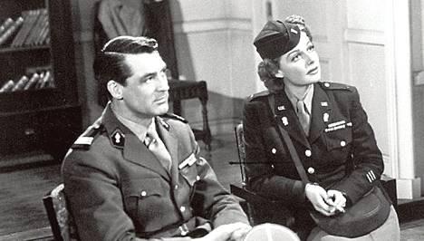 Ann Sheridan esittää komediassa luutnanttia ja Cary Grant luutnantin puolisoa.