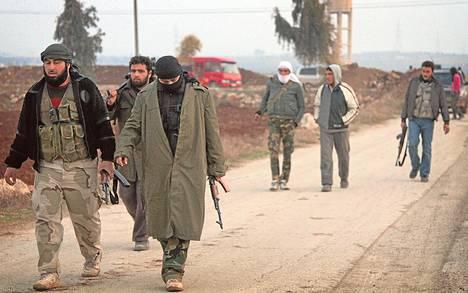 Ryhmä miehiä kantoi aseitaan tammikuussa Syyrian Aleppossa, jossa käytiin taisteluja kapinallisjärjestö Vapaan Syyrian armeijan ja äärijärjestö Isisin välillä.