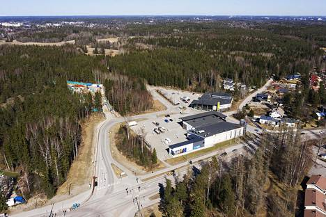 Espoonväylää on suunniteltu Malminmäessä näiden kuvassa näkyvien kauppojen taakse.