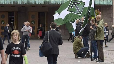 Suomen vastarintaliikkeen kannattajat osoittivat mieltä Helsingin rautatieaseman edustalla lauantaina 10. syyskuuta.