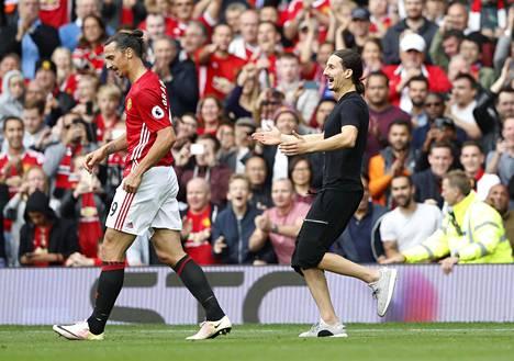 Zlatan-fani juoksi Zlatan Ibrahimovicin perässä kentälle.