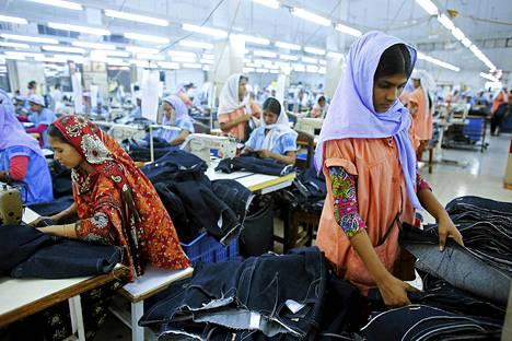Tekstiilitehdas Savarissa Bangladeshissa.
