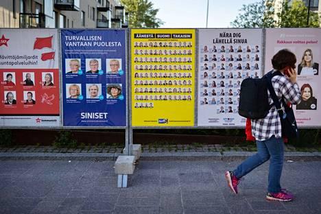 Helsingin kaupungin liikennelaitos ja JCDecaux poistivat yhden Helsingin perussuomalaisten ulkomainoksen. Kuntavaalikampanjan muut mainokset ovat paikallaan.