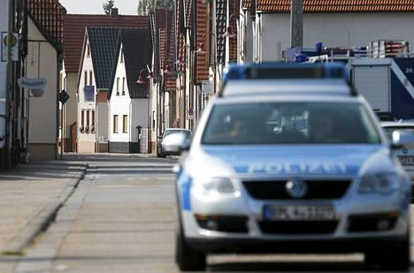 Poliisiauto ajaa Harthausenin autiolla kadulla. Kolmetuhatta ihmistä evakuoitiin kaasuräjähdyksen takia.