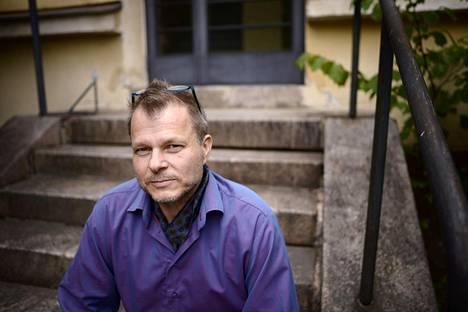 Maailmanpolitiikan professori Teivo Teivainen ryhtyi turistiksi omassa kaupungissaan, kun Kiasma tilasi häneltä maailmanpoliittisen kansalliskävelyn.