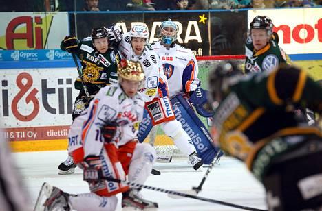 Tapparan kultakypärä Aleksander Barkov (edessä) jaksoi myös puolustaa paikallisottelussa Ilvestä vastaan.