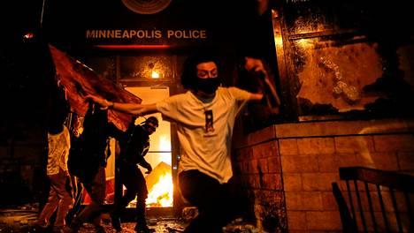 Mies pakeni sytytettyään poliisilaitoksen pääsisäänkäynnin tuleen Minneapolisissa, Minnesotassa, 28. toukokuuta.