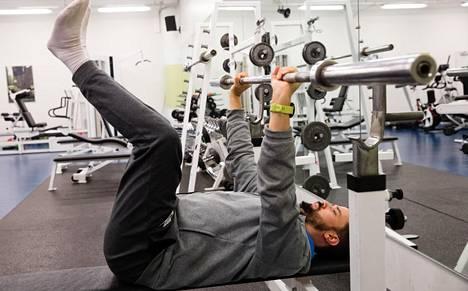 Fysioterapeutti Jari Tapio ei suosi voimanostajien penkkipunnerustapaa, vaan opettaa asiakkailleen turvallisemman version.